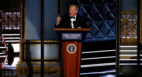 Trumpin entinen lehdistösihteeri hätkähdytti Emmy-gaalan yleisöä nousemalla lavalle osana juontaja Stephen Colbertin tervetulosketsiä.