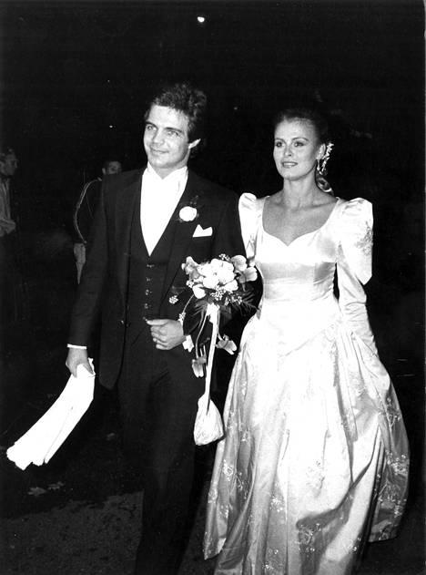 Silkkiunelma pääsi alttarille Anne Pohtamon päällä syksyllä 1980 ja Merja Varvikon yllä kesällä 1986.