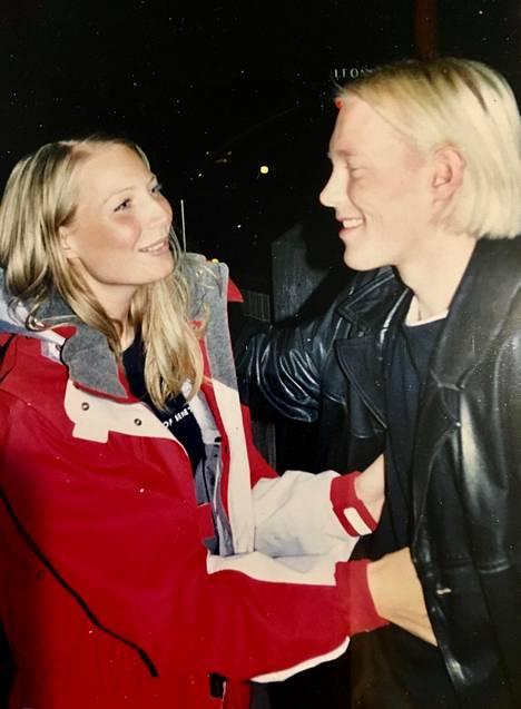 Vastarakastuneet Laura Huhtasaari ja Teemu Lämsä kuvattiin Espoossa syksyllä 2001.