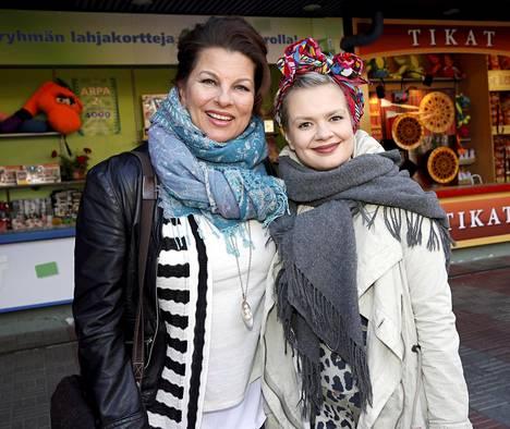 Satu Silvo esiintyy kesäteatterissa Joensuussa ja Vilma-tytär keskittyy jo nyt syksyn teatteriproduktioon.