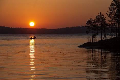 Kalastajat kesäaamussa.