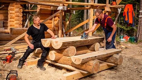 Uudessa ohjelmassa Markku Saukko kiertelee eri puolilla Suomea ja auttaa suomalaisia nikkarointipulmissa ja muissa käteviä kädentaitoja vaativissa vaikeuksissa.