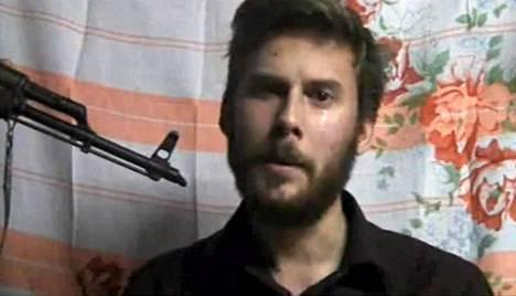 Kuvakaappaus YouTubessa julkaistusta videosta, jossa Jemenissä siepattu itävaltalaismies pyytää eri maiden hallituksia ja EU:ta toteuttamaan hänet siepanneen heimon lunnasvaatimukset.