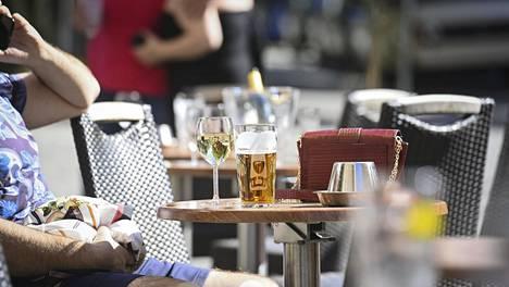 Juttuun haastatellut ravintoloiden työntekijät kiittelevät asiakkaita sääntöjen kiitettävästä noudattamisesta.