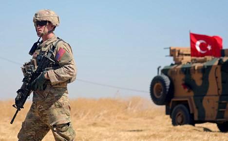 Yhdysvaltalaissotilas partioimassa turkkilaisjoukkojen kanssa maiden yhteisoperaatiossa Syyriassa syyskuussa.