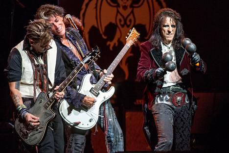 Johnny Depp (vas.), Joe Perry ja Alice Cooper ovat Hollywood Vampiresin tähdet.