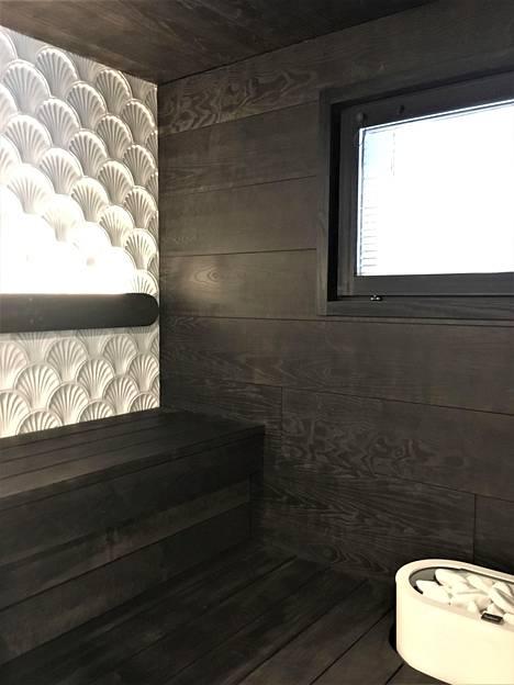 Puustellin Helmen sauna sai kiitosta rohkeasti käytetystä laatoituksesta.