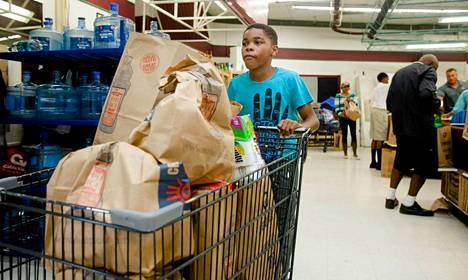 Ihmiset ostivat ruokaa varastoon Hamiltonissa.