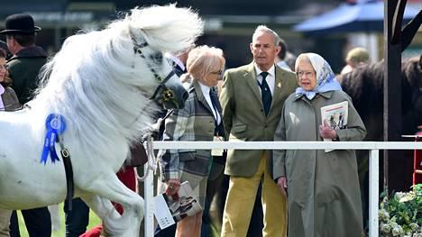 Elisabet tarkkaili myös muita voittoisia hevosia.