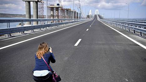Nainen kuvaa siltaa ennen avajaisia 15. toukokuuta 2018.