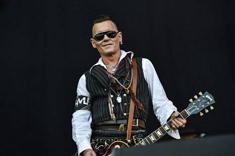 Johnny Depp esiintymässä Kaisaniemen puistossa 10. kesäkuuta.