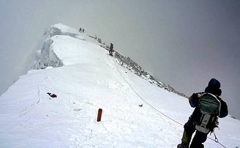 Kiipeilijöitä Mount Everestillä.