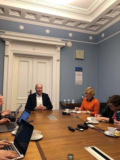 Viron sisäministeri Mart Helme kommentoi maansa puolustusliittosuunnitelmia suomalaistoimittajille keskiviikkona Tallinnassa. Maan virallista linjaa ne eivät edustaneet.