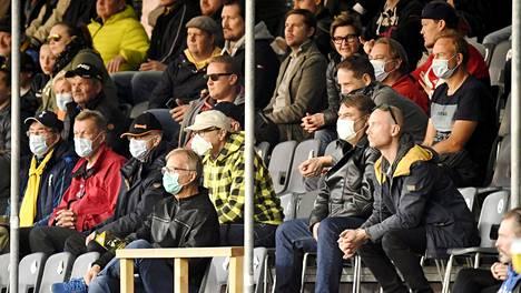 Osalla yleisöstä oli maski yllään Hongan kotiottelussa Hakaa vastaan syyskuun lopussa. Nyt peleihin ei ole enää asiaa ilman maskia.