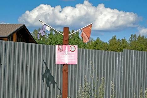 Neuvostoliitto lavasti Mainilan laukaukset talvisodan tekosyyksi neuvostoliittolaiseen rajakylään. Nykyisin paikalla on vaatimaton muistomerkki, joka on jäänyt datshatontille pystytetyn aidan ahdistamaksi.