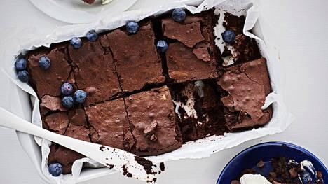 Simppeli brownie paistetaan vuoassa.