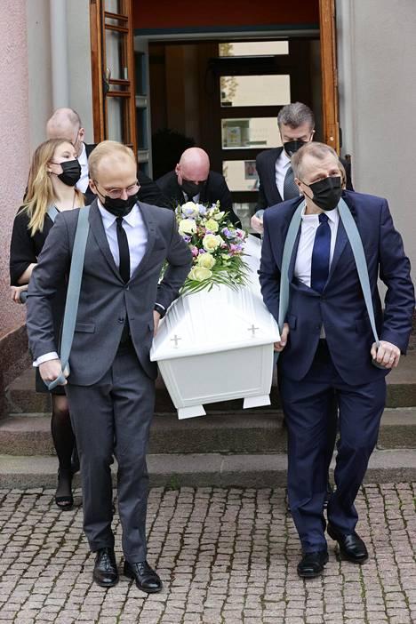 Matti Siitosen arkku kannettiin ulos kirkosta.