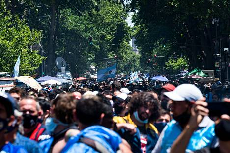 Diego Maradonan arkulle pyrki kymmeniä tuhansia ihmisiä Buenos Airesissa.