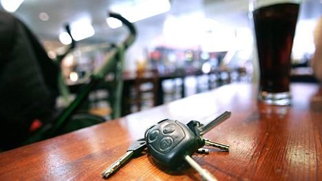 Auton avainten luovuttamisesta humaltuneelle voi koitua isoja ongelmia.