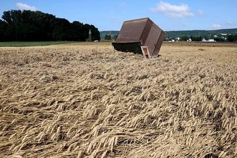 Rakennus oli päätynyt keskelle viljapeltoa Saksassa.