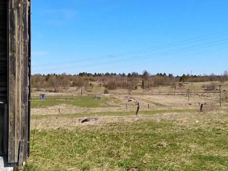 Suomalaisten vankileireistä kertova muistomuseo olisi toiminut Säitämän kylän pellolla. Nyt Vesuri-elokuvan lavasteet on kuitenkin viety tuntemattomaan paikkaan.