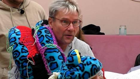 Timo putosi yhdeksännellä viikolla. Kuvassa hän halailee Birgitta-burmanpytonia.