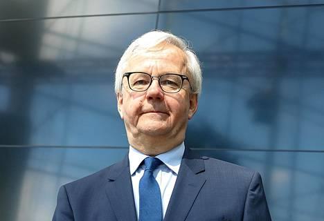 Hallinto-oikeuden professori Olli Mäenpää huomautti, että ministerillä ei ole yhtä korkeaa syytesuojaa kuin kansanedustajalla.