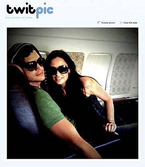 Todistusaineistoa koneen sisältä. Ashton Kutcherin ja Demi Mooren lentokone joutui tekemään pakkolaskun.