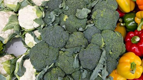 Yleisintä on kukkakaalien riipiminen, mutta on kaupoissa nähty esimerkiksi parsakaalien varsien katkojiakin.