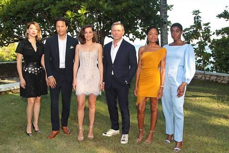 Uuden Bond-elokuvan tiedotustilaisuudessa Jamaikalla oli paikalla elokuvan näyttelijöitä. Kuvassa Lea Seydoux, Ana de Armas, Daniel Craig, Naomie Harris ja Lashana Lynch.