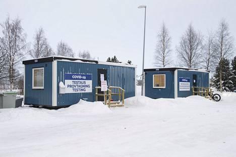 Tornion rajanylityspaikalla on koronatestejä ja terveysneuvontaa varten kontteja.