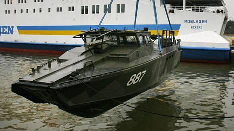 Ruotsin merivoimien taistelualuksia laivattiin Naantalin satamassa Ahvenanmaalaiseen autolauttaan.