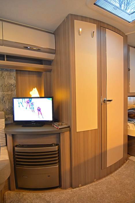 Kaappien välissä sijaitsevat wc-tilat. Talvikäytön mukavuutta lisää lattialämpö ja muhkeat matot.