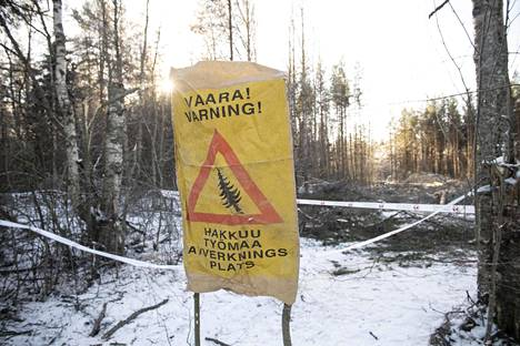 Poliisit poistivat luontoväen alueelta aamulla.