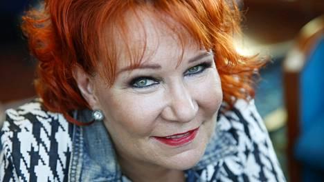 2015: Ikinuori Vicky Rosti rokkaa sekä lavoilla että televisiossa: Kuorosota (2010), Tähdet, tähdet -kisa (2014) ja nyt Vain elämää -viihdeohjelma.