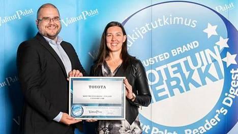 Palkinnon vastaanottivat Toyota Auto Finland Oy:n tiedotuspäällikkö Pekka Karvinen ja markkinointiviestinnän suunnitteluspesialisti Laura Pihkala.