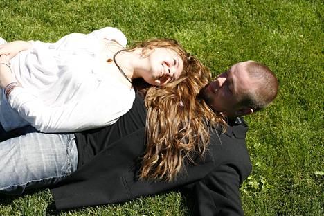 Katalinan ja Tonin ensimmäinen hääkuva napattiin maistraattihäiden jälkeen Helsingin Esplanadinpuiston nurmikolla.