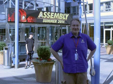 """Pääjärjestäjä Pekka """"Pehu"""" Aakko poseeraa Assemblyn uuden kodin etuovella, Messukeskuksen eteläisen sisäänkäynnin edessä."""