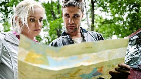 Anni (Karoliina Blackburn) ja Volkov (Jaakko Kiljunen)