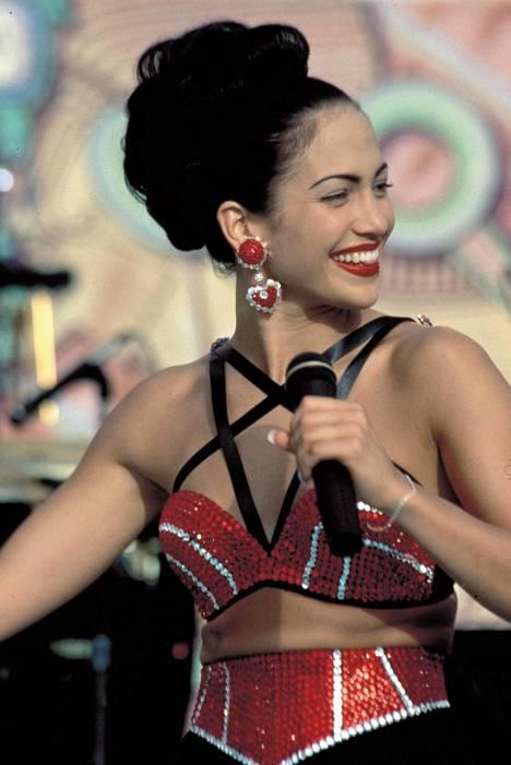 Jennifer Lopez teki läpimurtonsa Hollywoodissa Selena-elokuvassa, jossa hän esitti traagisesti kuollutta laulajaa Selena Quintanilla-Péreziä.