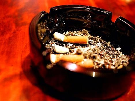 Nopeita lopettamispäätöksiä tekstiviestillä. Aihe ajankohtaistuu Suomessa kesän alussa kun ravintoloista tulee savuttomia.