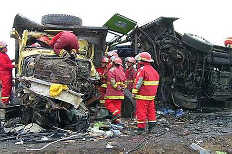 Täydessä matkustajalastissa ollut bussi törmäsi kuorma-autoon moottoritiellä Perun pohjoisosassa.
