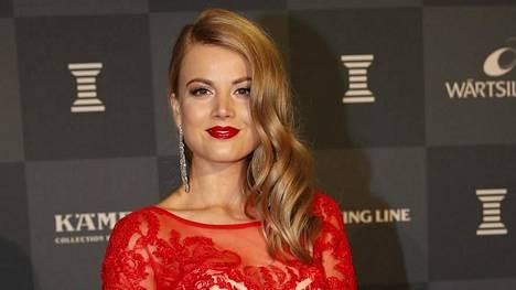 Janni Hussi pukeutui punaiseen pitsiunelmaan Urheilugaalaan.