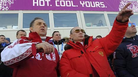 Venäjän urheiluministerin Vitali Mutkon (vas.) ja presidentin Vladimir Putinin (oik.) oli keskiviikkona määrä tavata Sotshissa. Tapaaminen kuitenkin peruttiin.