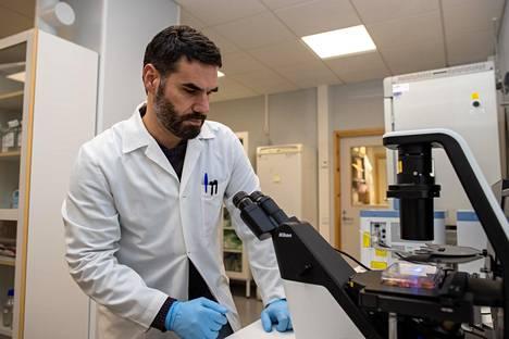 Helsingin yliopiston virustutkija Giuseppe Balistreri löysi kansainvälisen tutkijaryhmän kanssa koronaviruksen perimästä avaimen, jonka avulla se tunkeutuu soluun.