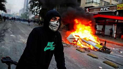 Mielenosoitukset riehuivat perjantaina Santiagossa.