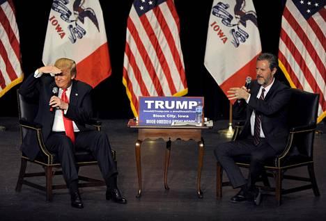 Donald Trump esiintyi sunnuntaina kristittyä yliopistoa johtavan Jerry Falwellin kanssa Sioux Cityssä Iowassa. Trumpilla on osavaltiossa todellinen näytön paikka.