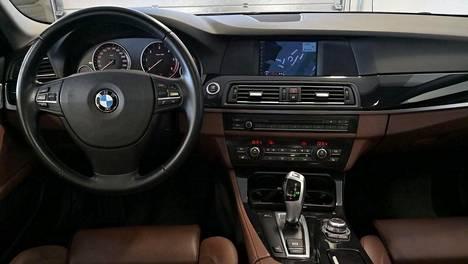 Korimallin muutoksella voi olla iso merkitys hintaan. Kuvassa BMW:n viitossarjan (F10) ohjaamo.