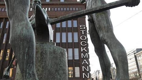 Stockmannin tavaratalo ja Kolmen sepän patsas Helsingissä.