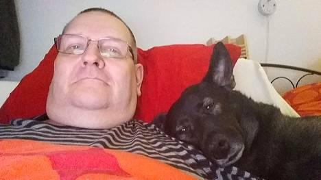 Kisakatsomohan se siinä! Marko Aalto jännittää Suomen peliä koiransa kanssa.